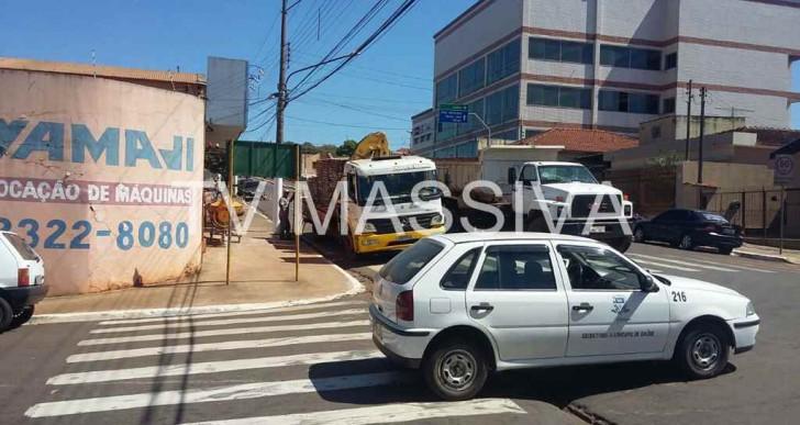 CARRO DA PREFEITURA DE OURINHOS SE ENVOLVE EM ACIDENTE NA AVENIDA JACINTO F. DE SÁ