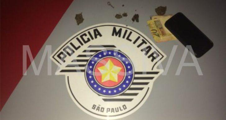 POLÍCIA MILITAR DE CHAVANTES APREENDE DOIS INDIVÍDUOS COM MACONHA NO CENTRO DA CIDADE