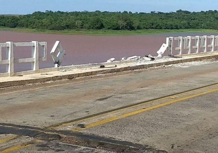 CARRETA CAI DE PONTE NO RIO PARANAPANEMA APÓS COLISÃO EM FLORÍNEA.