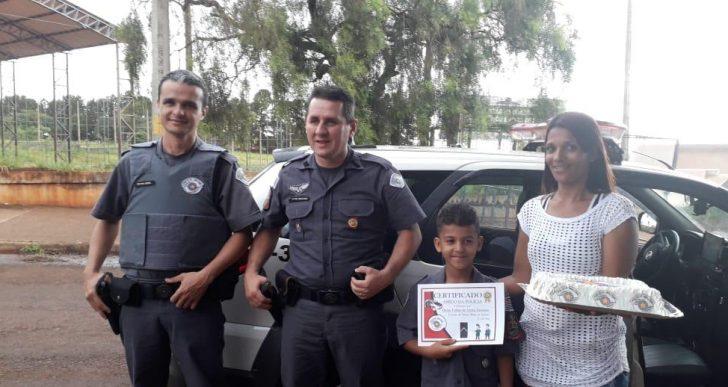 POLÍCIA MILITAR FAZ SURPRESA PARA UM GAROTINHO NA CIDADE DE IPAUSSU