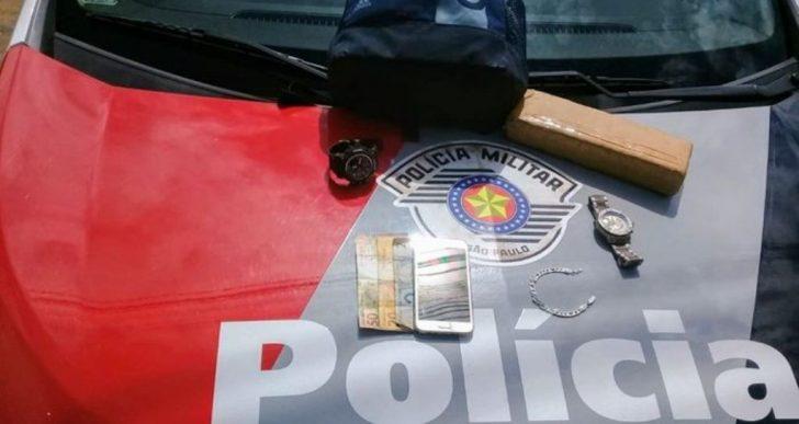 POLÍCIA MILITAR PRENDE DOIS E APREENDE UM TIJOLO DE MACONHA PRÓXIMO DA RODOVIÁRIA EM OURINHOS.
