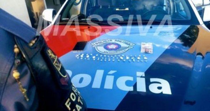 FORÇA TÁTICA ESTOURA BIQUEIRA E APREENDE ADOLESCENTE NO TRÁFICO DE DROGAS NO RECANTO DOS PÁSSAROS.