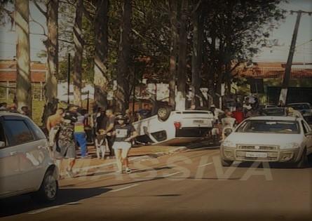 MOTORISTA PERDE CONTROLE E CAPOTA VEÍCULO NA VILA SÃO LUIZ