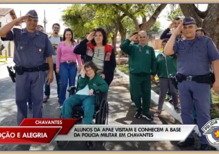 ALUNOS DA APAE DE CHAVANTES VISITAM E CONHECEM A BASE DA POLÍCIA MILITAR