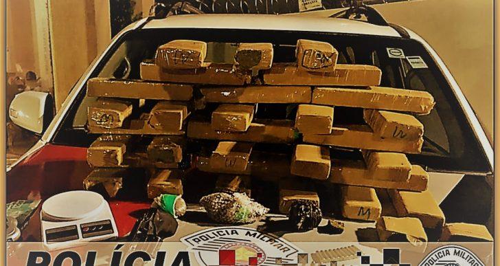 """POLÍCIA MILITAR PRENDE CASAL COM """"30 TIJOLOS"""" DE MACONHA EM IPAUSSU"""