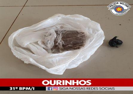 POLÍCIA MILITAR PRENDE INDIVÍDUO NO TRÁFICO DE DROGAS NO JARDIM PARÍS.