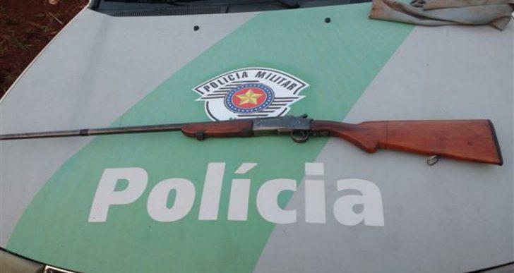POLÍCIA MILITAR AMBIENTAL PRENDE HOMEM EM FLAGRANTE POR PORTE ILEGAL DE ARMA DE FOGO EM SÃO PEDRO DO TURVO