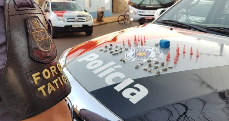 POLICIA MILITAR PRENDE DOIS INDIVÍDUOS POR TRÁFICO DE DROGAS NO DISTRITO DE IRAPÉ