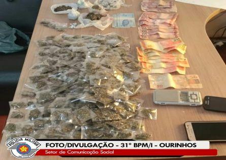 POLÍCIA MILITAR PRENDE DOIS NO TRÁFICO DE DROGAS NO VANDELENA MORAES.