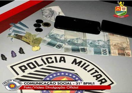POLÍCIA MILITAR PRENDE DOIS NO TRÁFICO EM CANITAR.