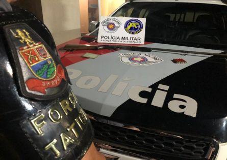 FORÇA TÁTICA PRENDE DOIS E APREENDE ARMA E MUNIÇÃO NO JARDIM GUAPORÉ.