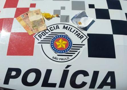 POLÍCIA MILITAR PRENDE INDIVÍDUO NO TRÁFICO DE DROGAS NO JARDIM ITAJUBI.