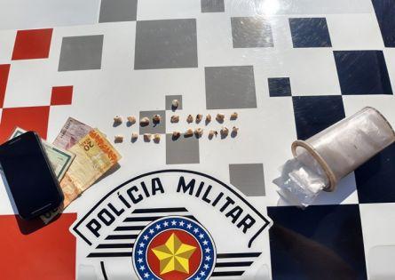 POLÍCIA MILITAR PRENDE INDIVÍDUO NO TRÁFICO DE DROGAS NA VILA OPERÁRIA.