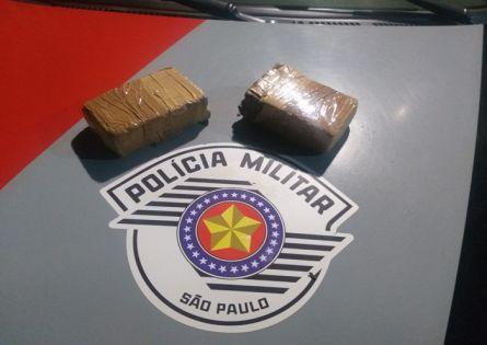 POLÍCIA MILITAR APREENDE 2 TIJOLOS DE MACONHA EM CANITAR.