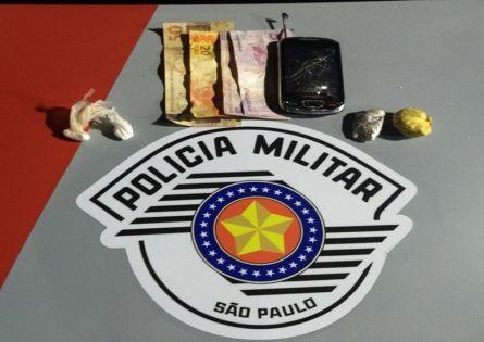 POLÍCIA MILITAR PRENDE UM NO TRÁFICO E CAPTURA PROCURADO DA JUSTIÇA NO CDHU.