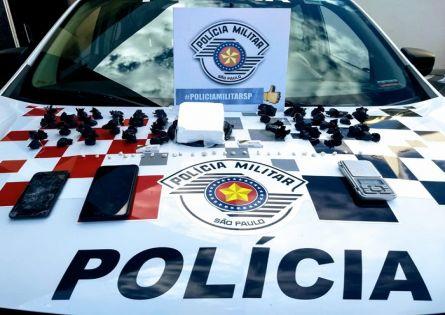 MENOS UMA BIQUEIRA – POLÍCIA MILITAR PRENDE CASAL NO TRÁFICO NO JD. ITAMARATY.