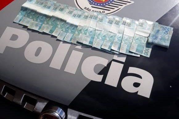 """POLÍCIA MILITAR DE IPAUSSU """"PRENDE"""" ESTELIONATÁRIO E RECUPERA R$ 3.000,00"""