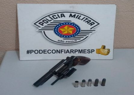 POLÍCIA MILITAR PRENDE INDIVÍDUO APÓS DISPARO COM ARMA DE FOGO AO LADO DE BAR NO JD. SANTA FÉ.