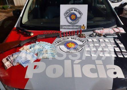 POLÍCIA MILITAR APREENDE ARMAS E DROGAS E UM FOI PRESO NA VILA NOVA SÁ EM OURINHOS.